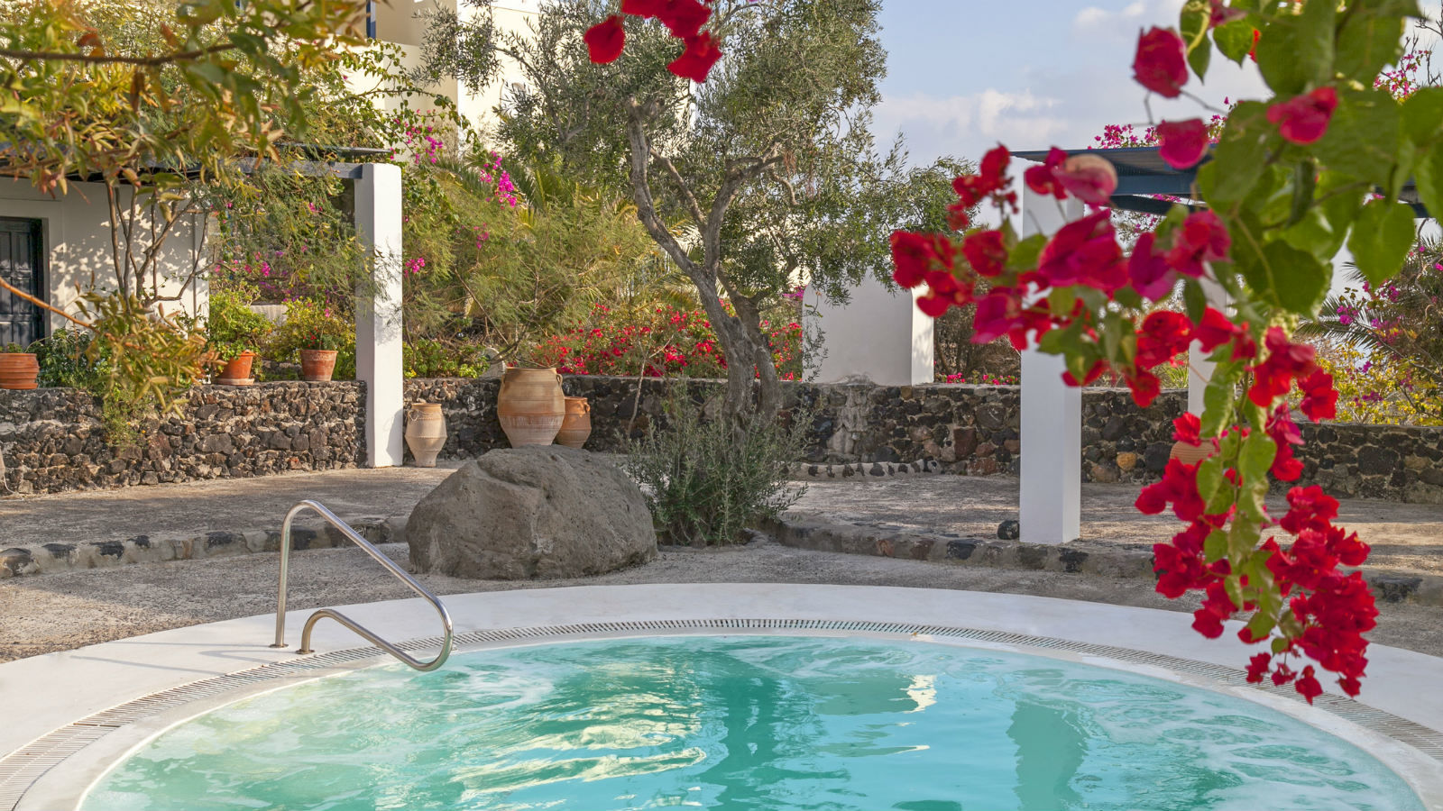Jacuzzi area under the trees - Juice Bar Santorini Vedema Hotel
